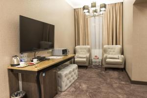 Telewizja i/lub zestaw kina domowego w obiekcie Hotel Europa
