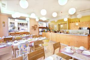 A restaurant or other place to eat at Hôtel Hermès