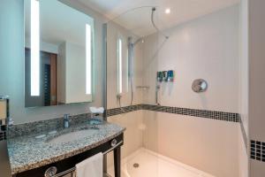 A bathroom at Hampton by Hilton Luton Airport