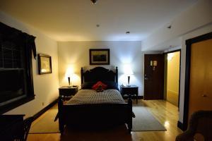 Ein Bett oder Betten in einem Zimmer der Unterkunft Burleigh Falls Inn