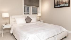 A bed or beds in a room at Modern Fully Furnished Apartments in Washington Downtown