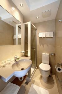 A bathroom at Hotel Delfin Plava Laguna