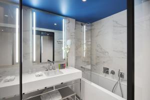 Um banheiro em Hôtel Bel Ami