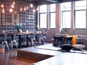 A restaurant or other place to eat at Silom Space Hostel