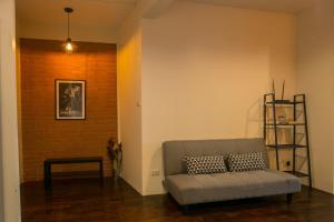 Ein Sitzbereich in der Unterkunft Chedi View Hostel