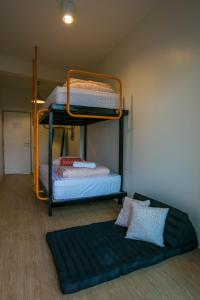 Ein Etagenbett oder Etagenbetten in einem Zimmer der Unterkunft Chedi View Hostel