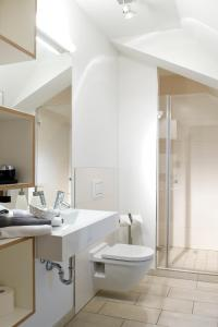 A bathroom at Volkspark