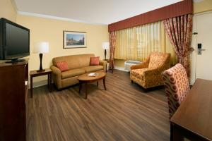 A seating area at Park Lane Suites & Inn