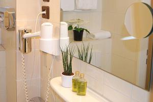 A bathroom at Hotel Krone Aachen   City-Eurogress