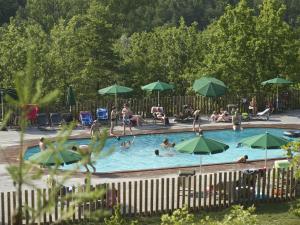 Het zwembad bij of vlak bij Village Huttopia Sud Ardèche