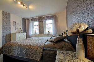 Ein Bett oder Betten in einem Zimmer der Unterkunft Ferienwohnung Sagenhaft