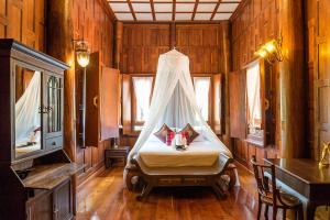 A bed or beds in a room at Ayutthaya retreat