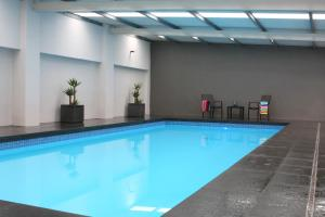 The swimming pool at or near Johanna Seaside Cottages