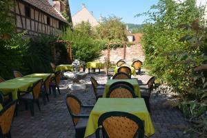 A restaurant or other place to eat at Logis Hôtel du Centre - Idéal pour rayonner et visiter les plus beaux Marchés de Noël