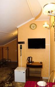 Телевизор и/или развлекательный центр в Отель Бриз