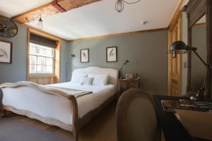 A bed or beds in a room at The Grazing Goat