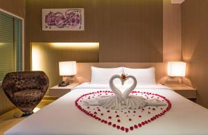 A bed or beds in a room at Hi Residence, Bangkok