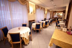 A restaurant or other place to eat at Hotel Ambra Palace