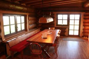 Ein Restaurant oder anderes Speiselokal in der Unterkunft Dein Blockhaus