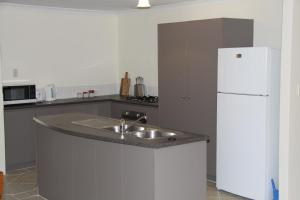 A kitchen or kitchenette at Byford House on the Scarp