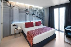 A bed or beds in a room at Catalonia Avinyo