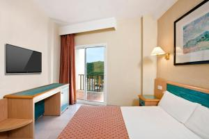Кровать или кровати в номере Sol Milanos Pingüinos