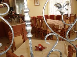 Ein Restaurant oder anderes Speiselokal in der Unterkunft Vila Krista