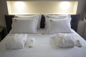 A bed or beds in a room at Suites Guest House