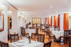 A restaurant or other place to eat at Parador de Manzanares