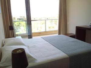 A bed or beds in a room at Vila das Lagoas - Herdade dos Salgados