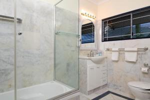 A bathroom at Tinaroo Lake Resort