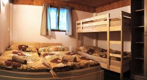 Двухъярусная кровать или двухъярусные кровати в номере Lovecký hotel Jívák