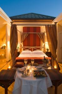 Een bed of bedden in een kamer bij L'Albereta Relais & Chateaux