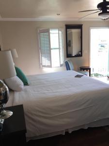 Ein Bett oder Betten in einem Zimmer der Unterkunft Beach Bungalow Inn and Suites
