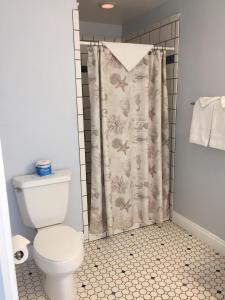 Ein Badezimmer in der Unterkunft Beach Bungalow Inn and Suites