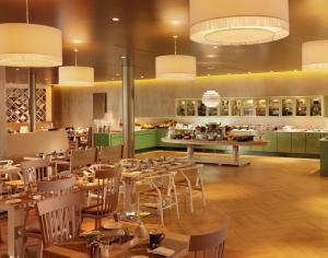 Ein Restaurant oder anderes Speiselokal in der Unterkunft Hyperion Hotel Dresden Am Schloss