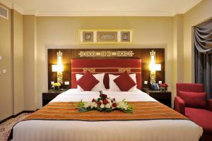 سرير أو أسرّة في غرفة في Taiba Madinah Hotel