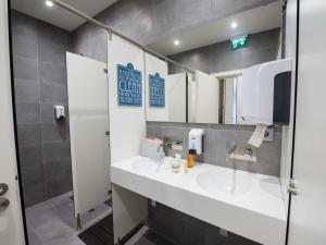 A bathroom at Bluesock Hostels Porto