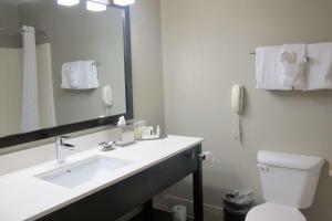 A bathroom at Best Western Plus Aberdeen