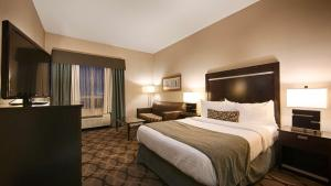 A bed or beds in a room at Best Western Plus Travel Hotel Toronto Airport