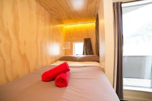 A bed or beds in a room at Tahuna Pod Hostel
