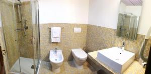A bathroom at Hotel Leonardo Da Vinci