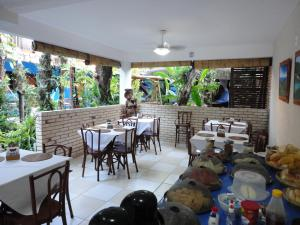 A restaurant or other place to eat at Pousada dos Meros
