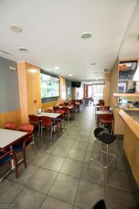 Un restaurante o sitio para comer en Hotel El Roble
