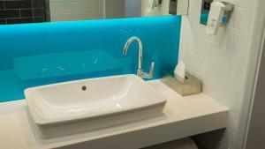 A bathroom at Holiday Inn Express - Manchester - TRAFFORDCITY, an IHG Hotel