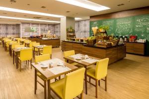 Um restaurante ou outro lugar para comer em Grand Mercure Brasilia Eixo Monumental