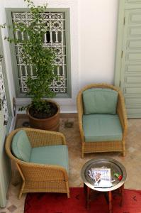 A seating area at Riad Les Hibiscus