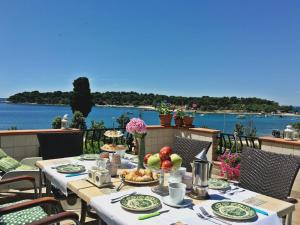 A restaurant or other place to eat at Istria Apartments Lila