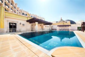 Der Swimmingpool an oder in der Nähe von Legend Palace Hotel