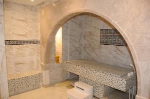 A bathroom at Hotel Menara